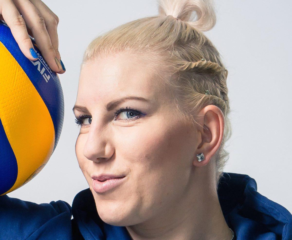 Suomelle murskavoitto – suosikkipelaaja Michaela Madsen palasi kentälle