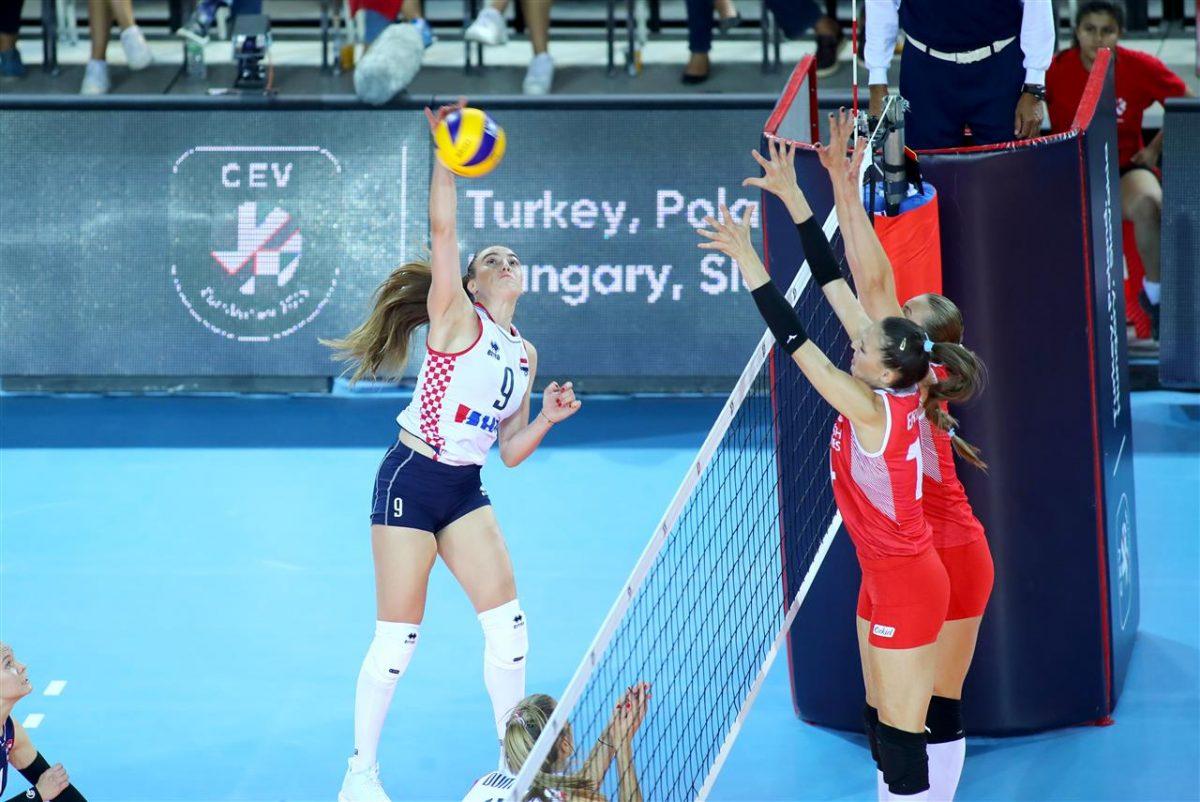Lentopallon naisten EM-kisoissa puolivälierät selvillä